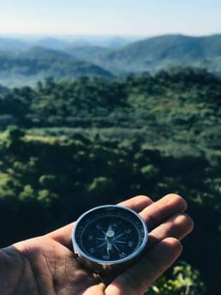 mezczyzna trzyma kompas