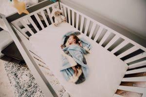 niemowle lezy w lozeczku