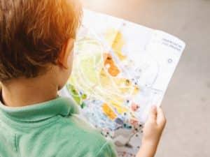 dziecko szuka na mapie