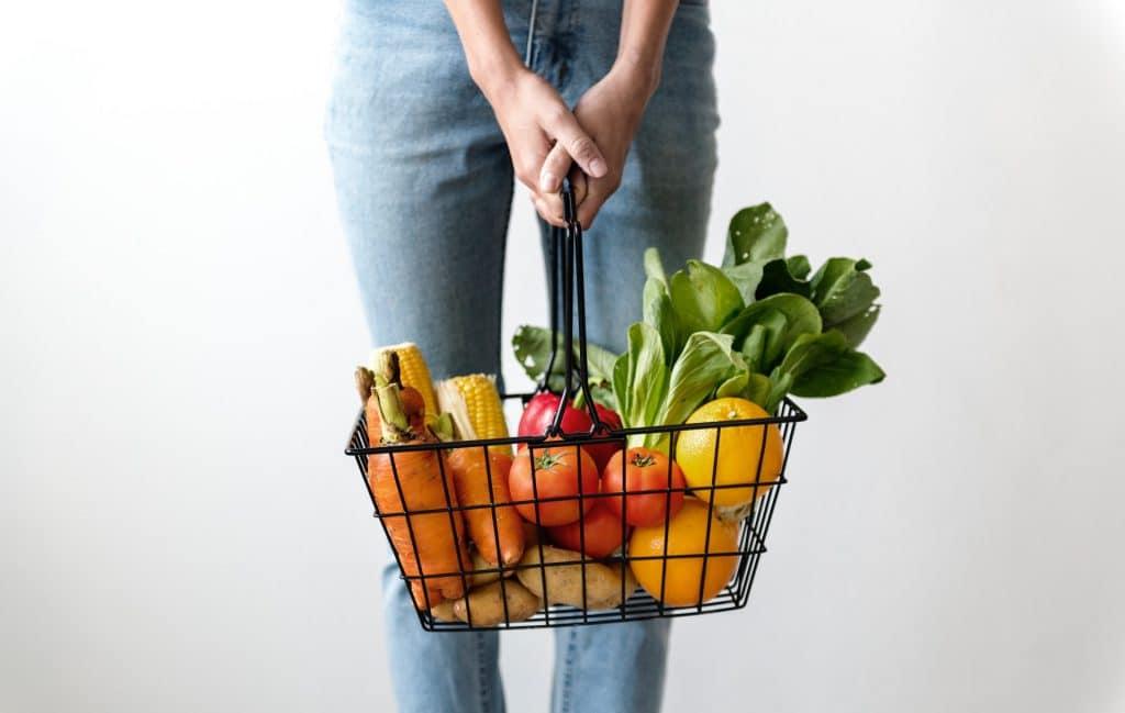 osoba z koszem warzywa