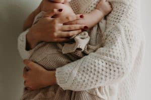 mama przytula niemowle wyprawka