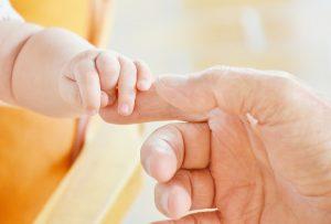 dziecko z rodzicem raczka jak zadbac o bezpieczne miejsce snu