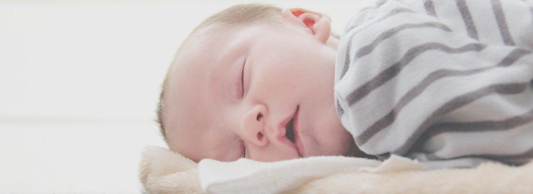 niemowle spi na brzuchu