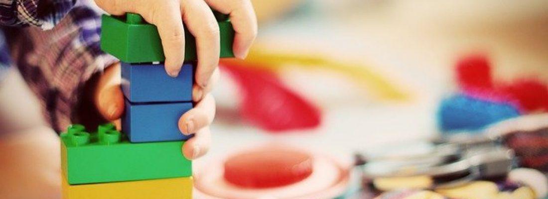 dziecko układa klocki okres sensytywny
