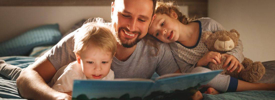 tata czyta dzieciom